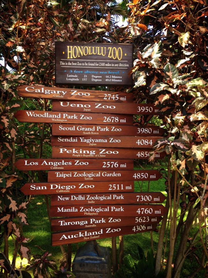 ホノルル動物園内にある各国の動物園の距離と方位を書いた看板