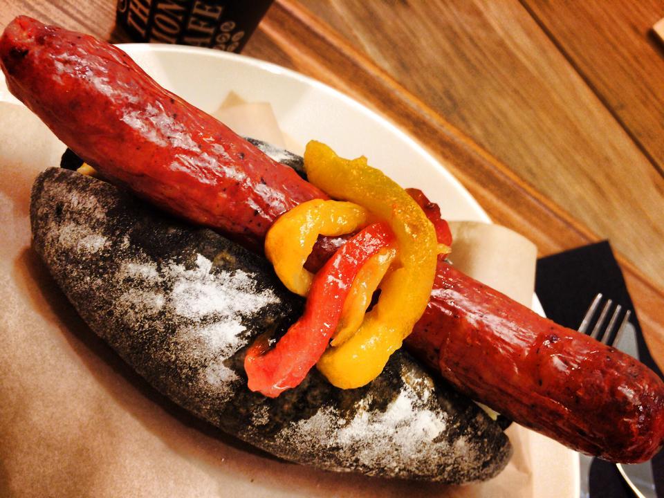 モノクルカフェ (The Monocle Cafe)の黒いホットドッグ