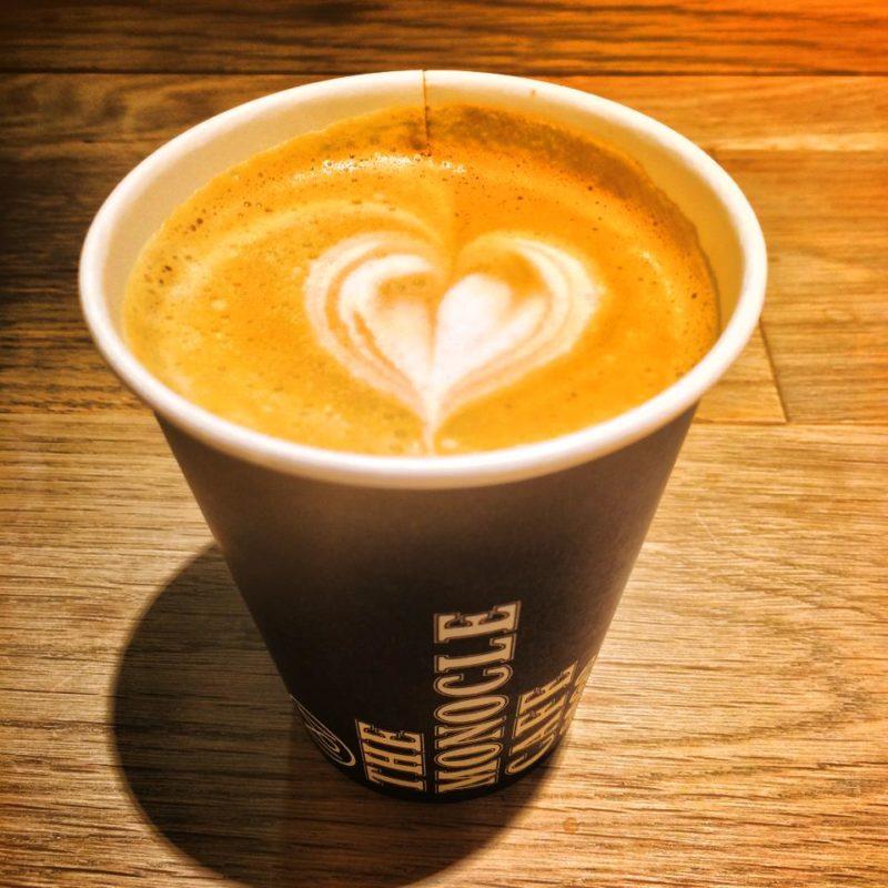 モノクルカフェ (The Monocle Cafe)のコーヒー ハートのラテアート