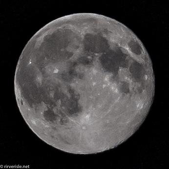 「ISO400,f11,1/800s,絞り優先オート」で月だけクロップした写真