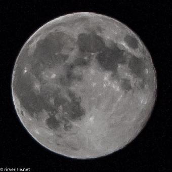 「ISO200,f16,1/400s,絞り優先オート」で月だけクロップした写真